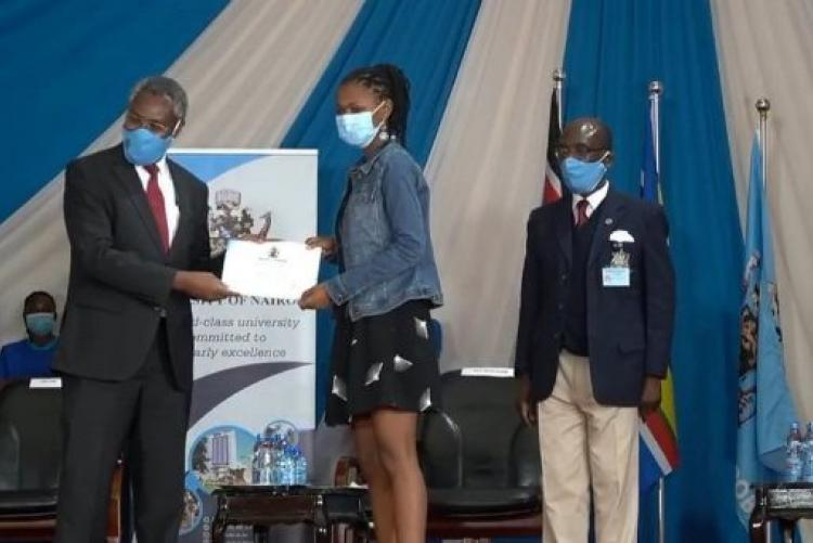 UoN  Swimming Captain Receives an Award from the UoN Vc